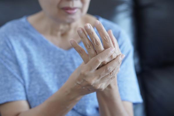 articulația pe degetul mâinii drepte doare glucosamina condroitină ia