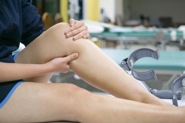 umflarea tratamentului simptomelor articulației genunchiului unguente pentru ruperea ligamentelor articulației umărului